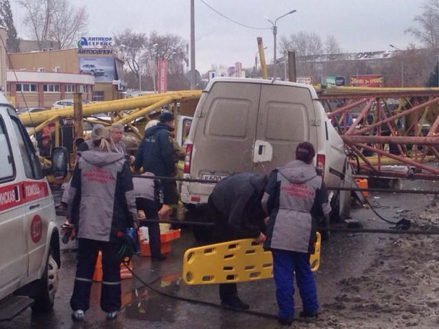падение башенного крана в омске фото