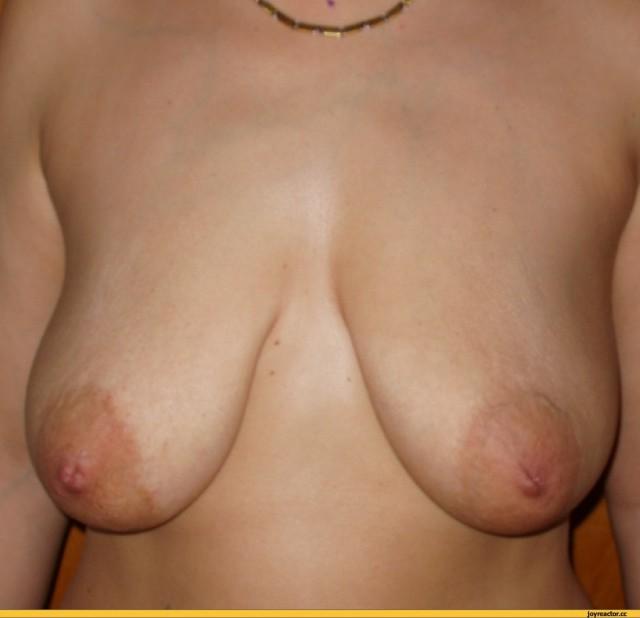 отвисшая в темноте голая фото слегка грудь
