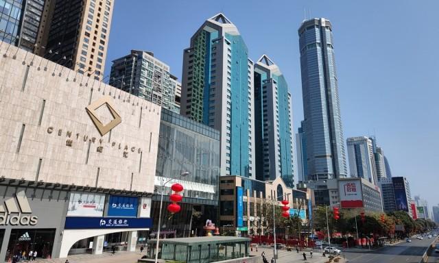 В Китае по неизвестной причине накренился 73-этажный небоскрёб. Землетрясения в районе не зафиксировали