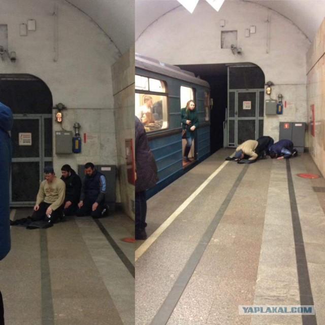 Встречают выходящих из вагонов в метро...