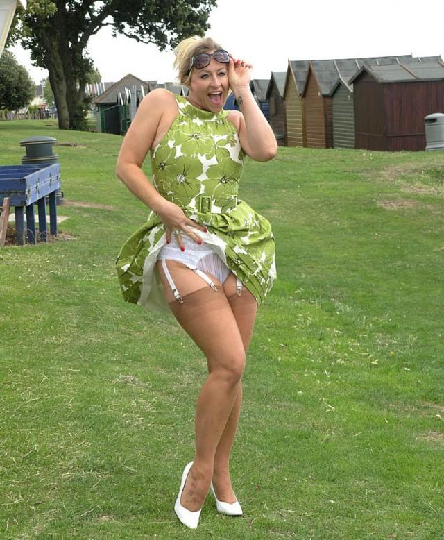 Девчонки фото у зрелой дамы задралось платье фото парень вылезает