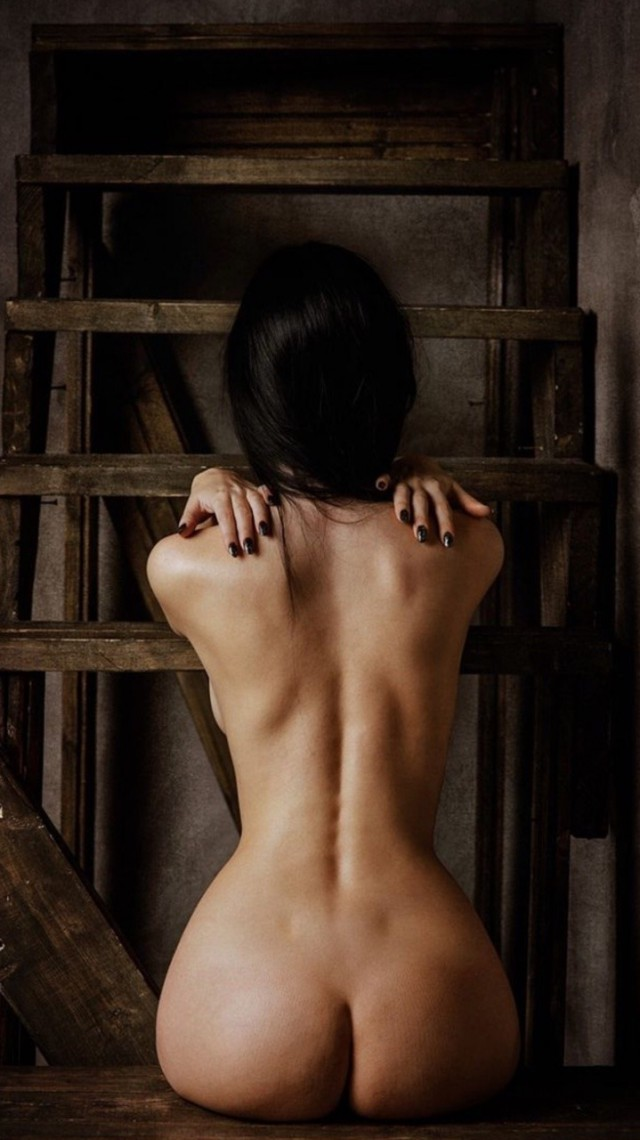 голая спиной красивая девушка одной них