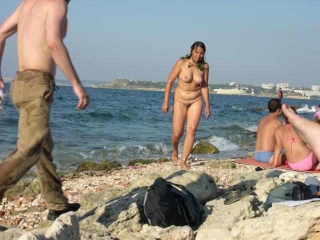 Голая девушка среди людей на пляже фото, русские девушку ебут