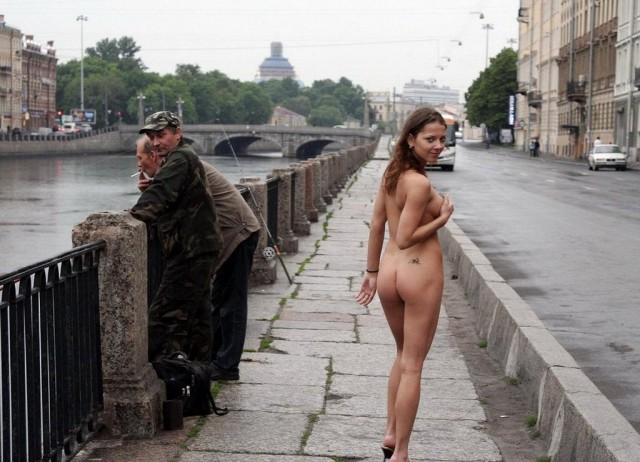 На улице за деньги ню россии попки видео группа