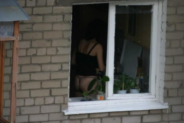 Баба в окне напротив видео