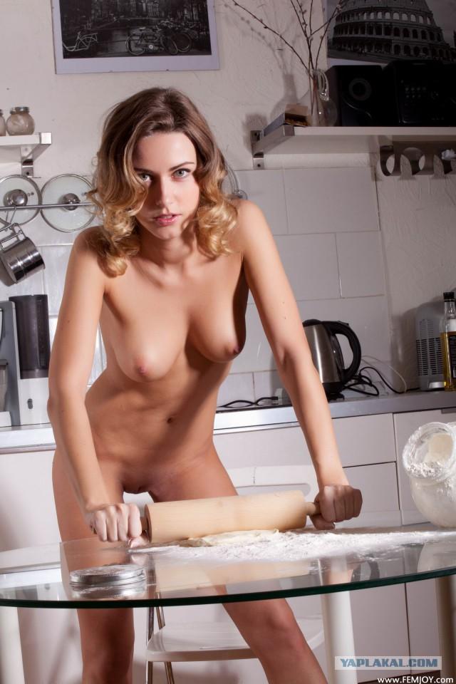 голая эля на кухне
