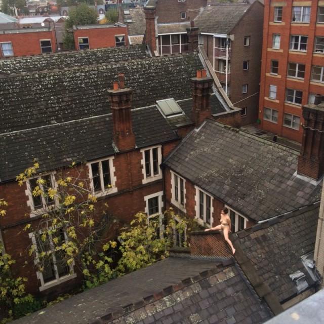 Сидеть голой на крыше дома 4 часа, это перфоманс