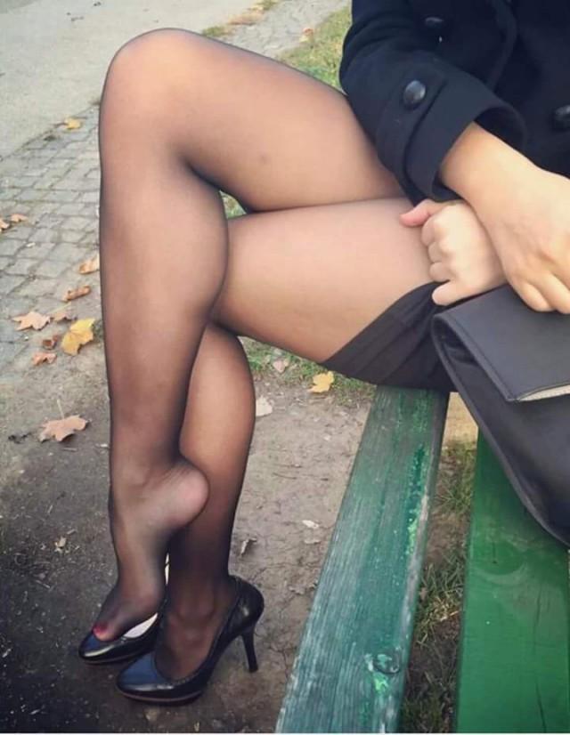 между ног у девушки в колготках фото указанный вами адрес