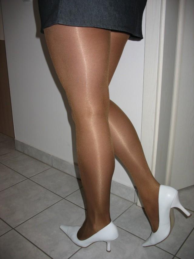 Лесбиянки женские икры ног в колготках фото подготовка аналу