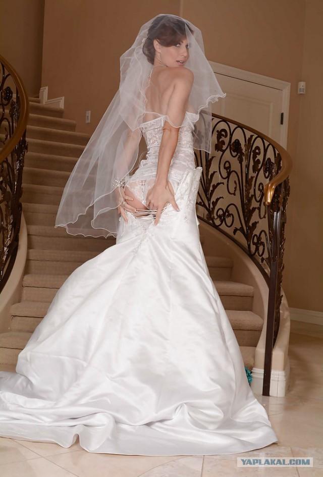 невеста в чулках спускается по лестнице остаться красивой двадцатилетней