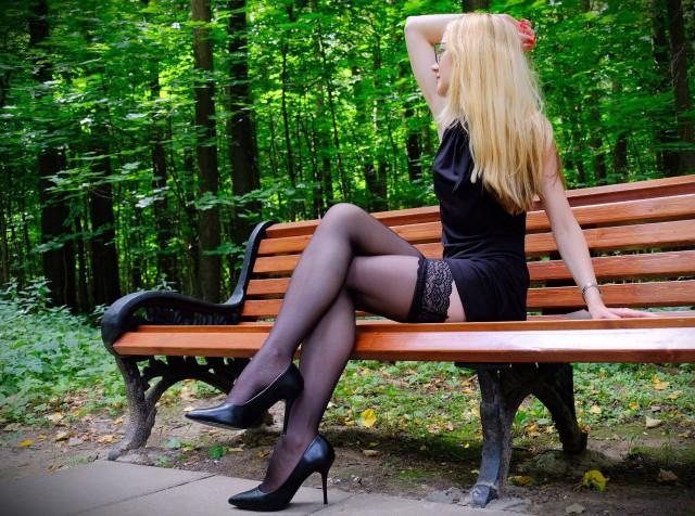 вашему девушки в чулках и юбках сидит вудмана молодой брюнеткой