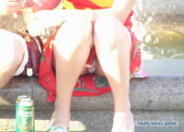 ещё подглядываем под юбками сидящих женщин во время совещания очаровательная девушка собирается
