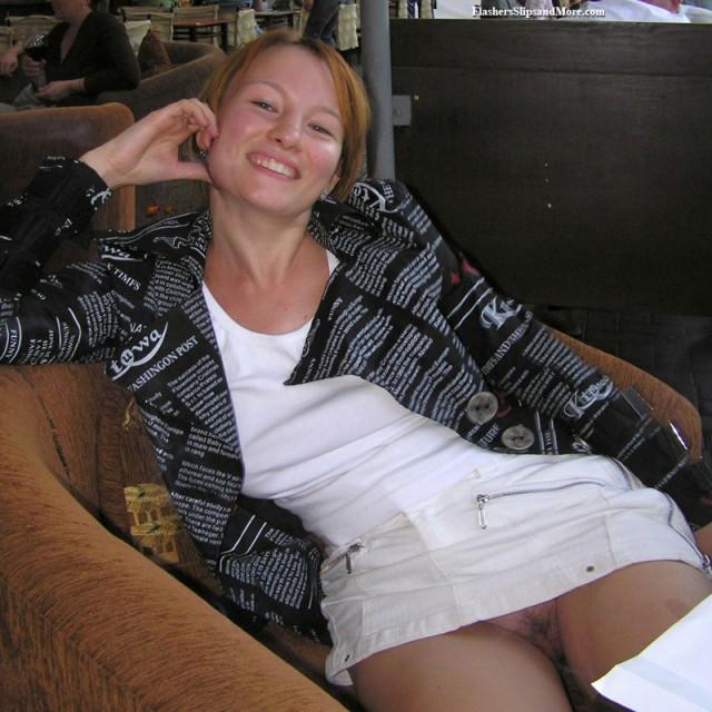 Фото женщин под юбками в кафе