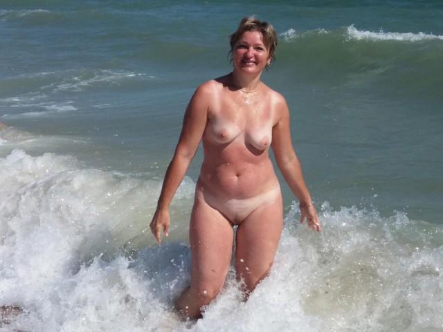 зрелые мамочки беснуются на пляже