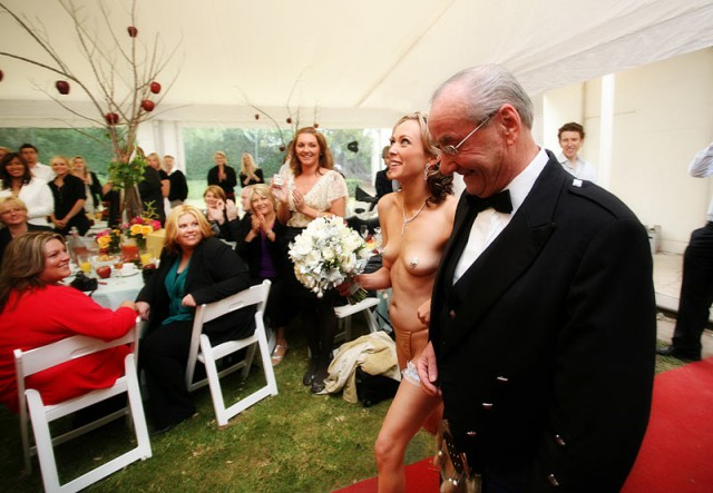 foto-na-svadbe-golie-video-vpervie-razdevaetsya-pered-kameroy