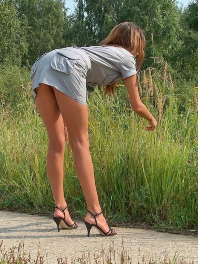 русская девушка нагнулась на улице в платье секс видео сидел лавочке